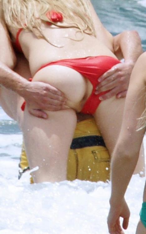Image 4: Exhib a la plage Elle montre son cul sans le vouloir