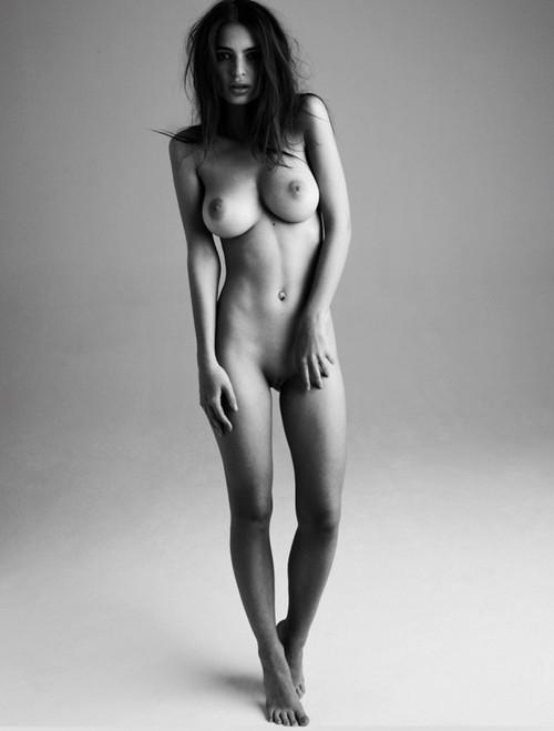 Image 2: Emily Ratajkowski s exhibe nue
