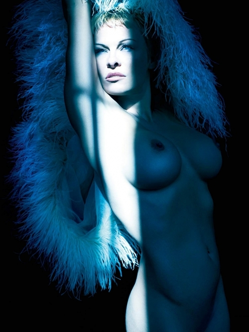 Image 4: Pamela Anderson nue est pas mal avec les cheveux courts