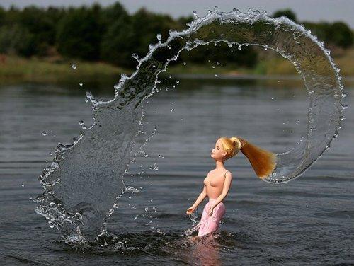 Image 1: Barbie se baigne topless