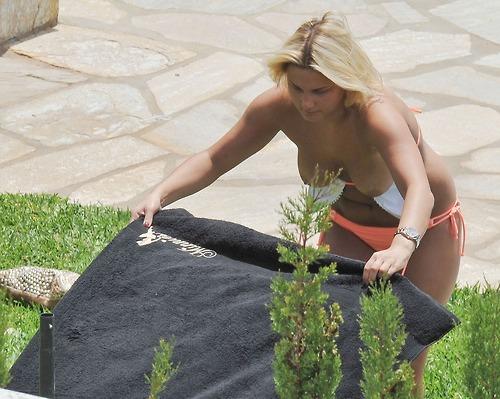Image 2: Les seins nus de Sam Faiers