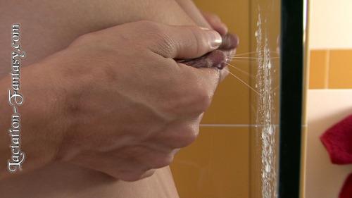 Image 3: Ces jeunes mamans font une bataille de lait avec leur seins