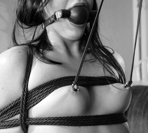 Image 1: Seance de bondage pour cette belle amatrice soumise