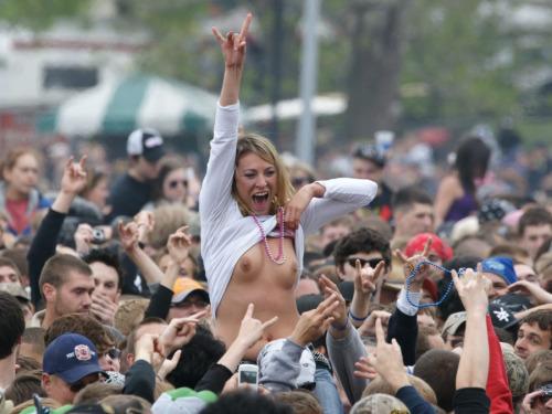 Image 7: Nouveau best of de filles qui exhibent leurs seins en concert