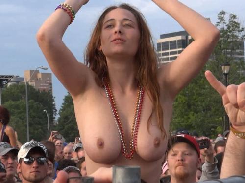 Image 1: Nouveau best of de filles qui exhibent leurs seins en concert