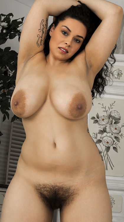 Image 9: Photos femme ronde nue avec chatte poilue