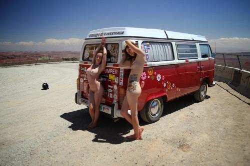 Image 1: Huuum 2 filles nues s exhibent devant un vieux Van
