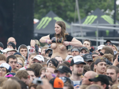 Image 5: Bestof des photos de filles qui montrent leurs seins nus en concert