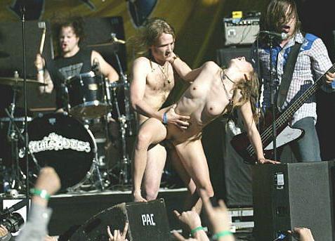 Image 3: Exhib incroyable Ce couple baise sur la scene d un concert de hard rock