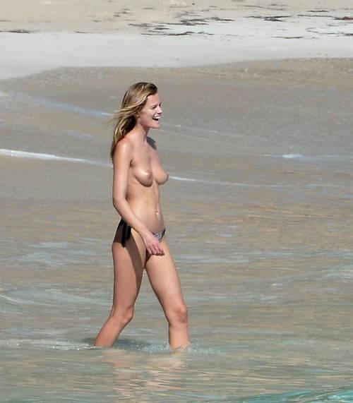 Image 5: Edita Vilkeviciute se baigne topless
