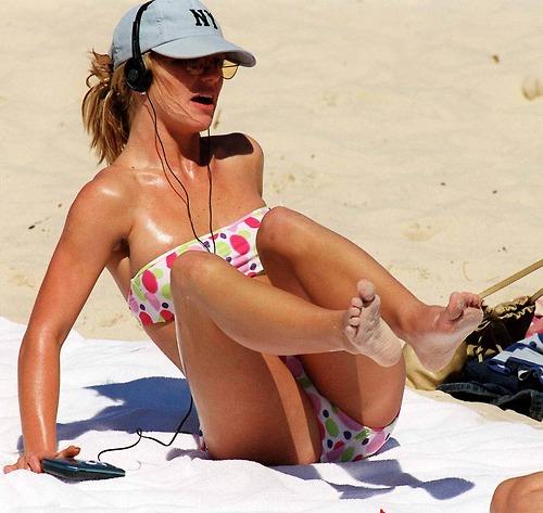 Image 9: Britney Spears topless sur la plage