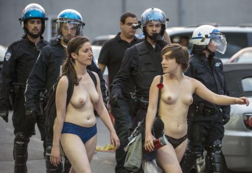 Image 1: Seins nus devant les CRS Elles n ont peur de rien
