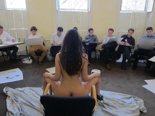 Image 1: Ce modele de nu artistique a l air d une bombe sexuelle