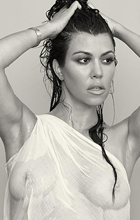 Image 1: Kourtney Kardashian en t shirt mouille