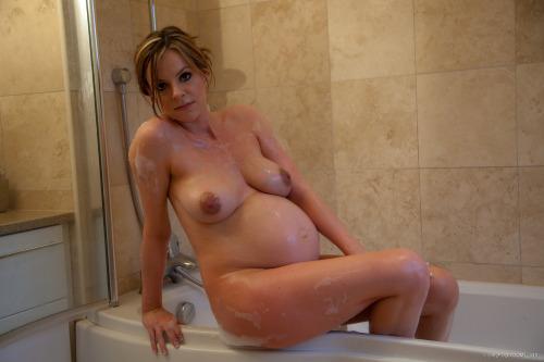 Image 1: Photo d une future maman nue qui sort du bain