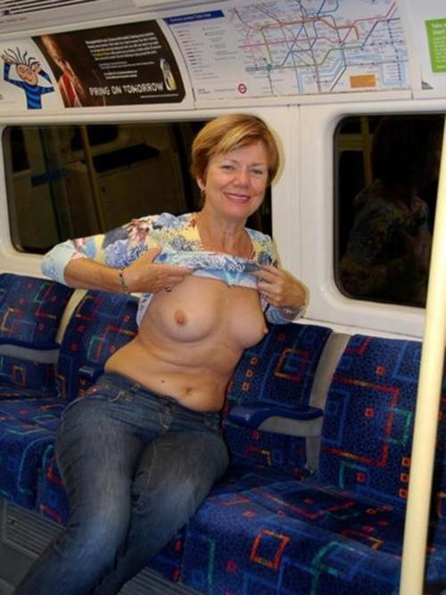 Image 1: Femme mature exhibe ses seins dans le metro