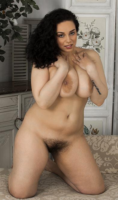 Image 6: Photos femme ronde nue avec chatte poilue