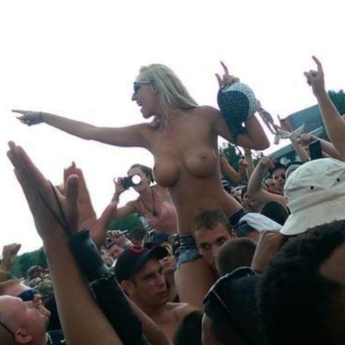 Image 1: Photo d une belle femme blonde qui montre ses gros seins en concert