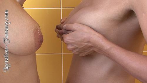 Image 7: Ces jeunes mamans font une bataille de lait avec leur seins
