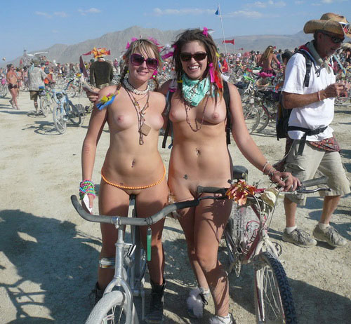Image 1: Photo de 2 copines coquines nues a la plage