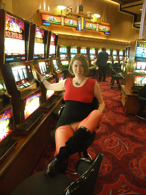 Image 1: Blonde sans culotte au casino