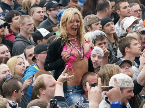 Image 3: Bestof des photos de filles qui montrent leurs seins nus en concert
