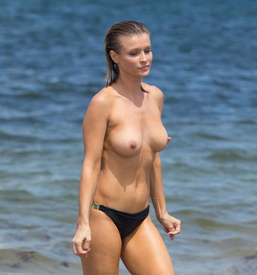 Image 1: Joanna Krupa topless sur une plage de Miami