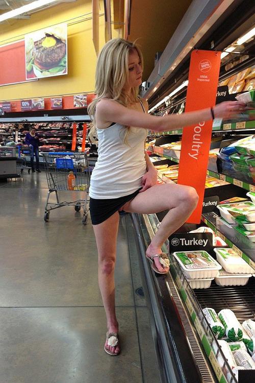 Image 1: Fille blonde sans culotte dans un magasin