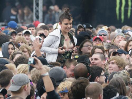 Image 10: Nouveau best of de filles qui exhibent leurs seins en concert