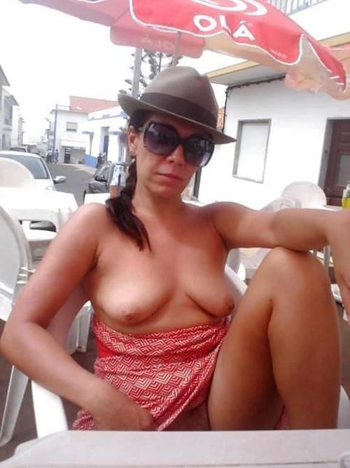 Image 1: Topless et chatte a l air au bar