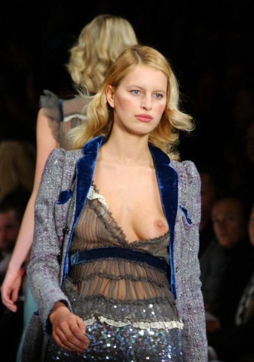 Image 1: Oops le sein du top model sort de sa robe