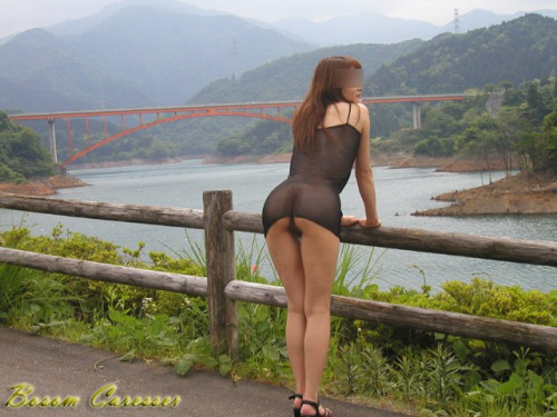 Image 1: Amatrice qui s exhibe dans de jolis paysages