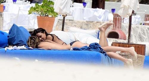 Image 10: Michelle Rodriguez et Cara Delevinge topless a Cancun