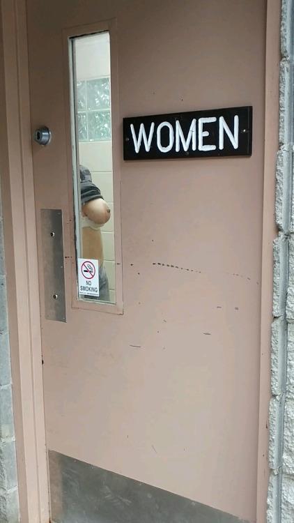 Image 1: Voila ce que peuvent voir les voyeurs en passant devant ses WC feminins