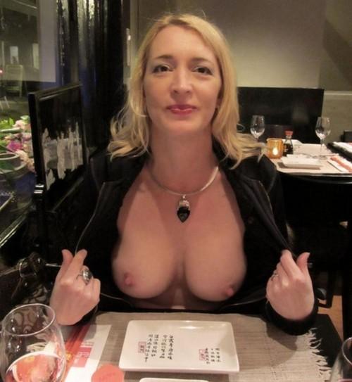 Image 1: Elle montre ses seins au restaurant