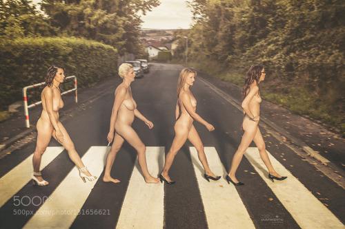 Image 1: Photo de femmes nues sur un passage pieton comme les beatles