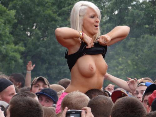 Image 10: Bestof des photos de filles qui montrent leurs seins nus en concert