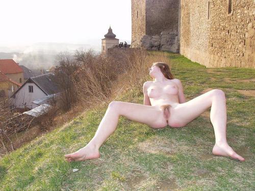 Image 1: Cette amatrice s exhibe nue dans un petit village