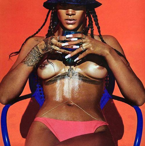 Image 1: Rihanna pose encore seins nus