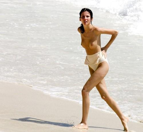 Image 1: Les jolis seins de Stanimira Koleva pendant la baignade