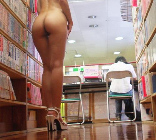 Nu dans la bibliothèque
