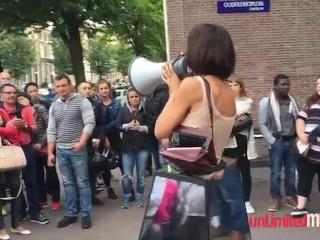 Image 1: Une artiste laisse des inconnus tripoter ses seins dans la rue