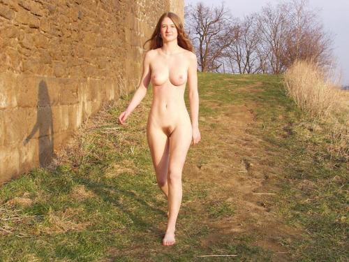 Image 2: Cette amatrice s exhibe nue dans un petit village