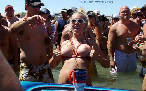 Image 1: Belle blonde qui exhibe ses seins pendant un spring break