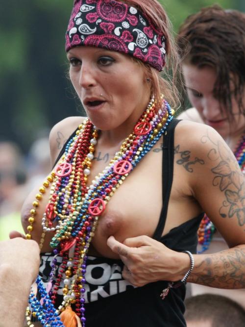 Image 4: Nouveau best of de filles qui exhibent leurs seins en concert