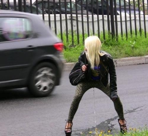Image 1: Cette femme se pisse a la culotte en pleine rue