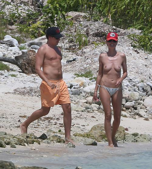 Image 1: Heidi Klum les seins a l air sur la plage