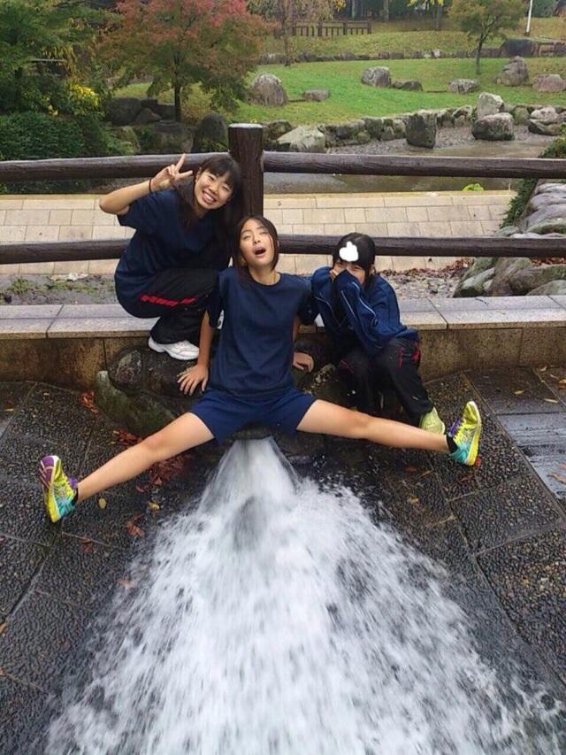 Image 2: Photos droles de femmes fontaines dans la rue