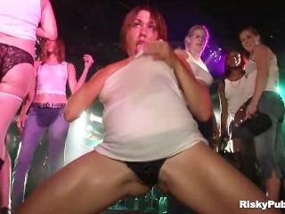 Image 1: Video d amatrices chaudes pendant un concours de tee shirt mouille