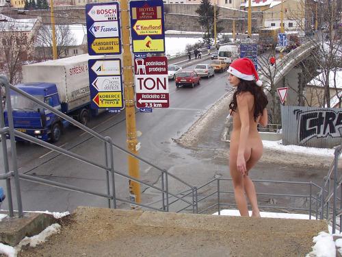 Image 1: Nue dans la neige Elle s exhibe nue dans la rue